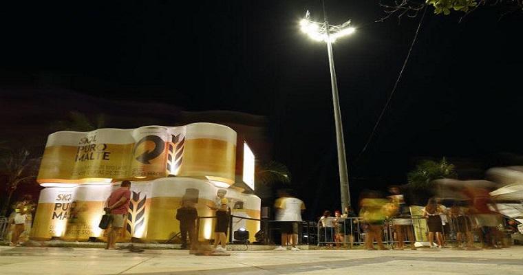 Ação distribui cerveja de graça no Recife Antigo