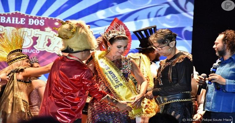 Fátima Bernardes foi coroada como rainha do Baile dos artistas
