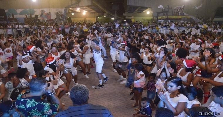 Bloco 'Dança e Ritmos' desfila pelas ruas do bairro de Prazeres