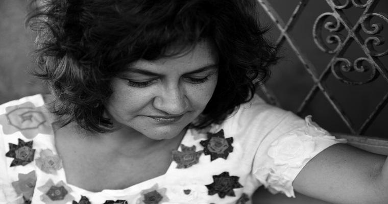 Cida Pedrosa lança novo livro nesta sexta-feira (18)