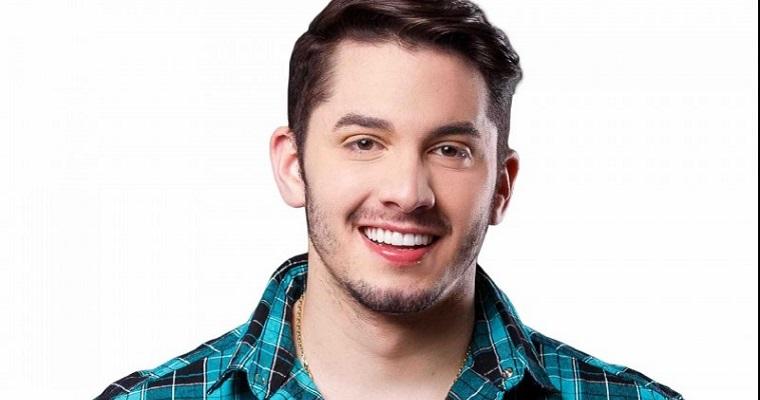 Cantor Jonas Esticado sorrindo.