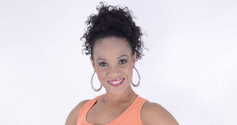 Atriz Luciana Alves sorrindo.